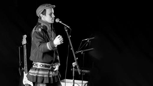 Bild för Jojk och berättelser med Simon Marainen, 2021-10-20, Sara Kulturhus Trappscenen